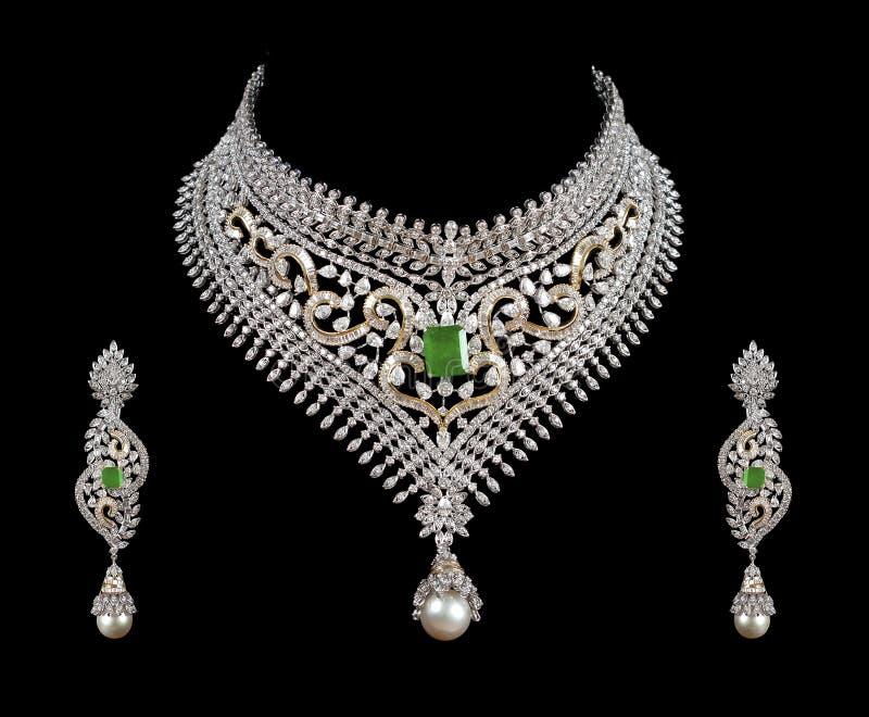 stäng upp cirkeln för diamantörahalsbandet royaltyfri foto