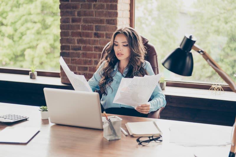 Stäng upp det härliga fotoet henne hennes affärsdam som lär för startkontroll för framsteg nya förtjänster för inkomst för pengar arkivbild