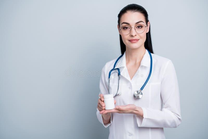 Stäng upp det härliga fotoet henne hennes analoger för krimskrams för erbjudandet för damdoktorssjukhuset farmaceutiska som flask royaltyfri bild