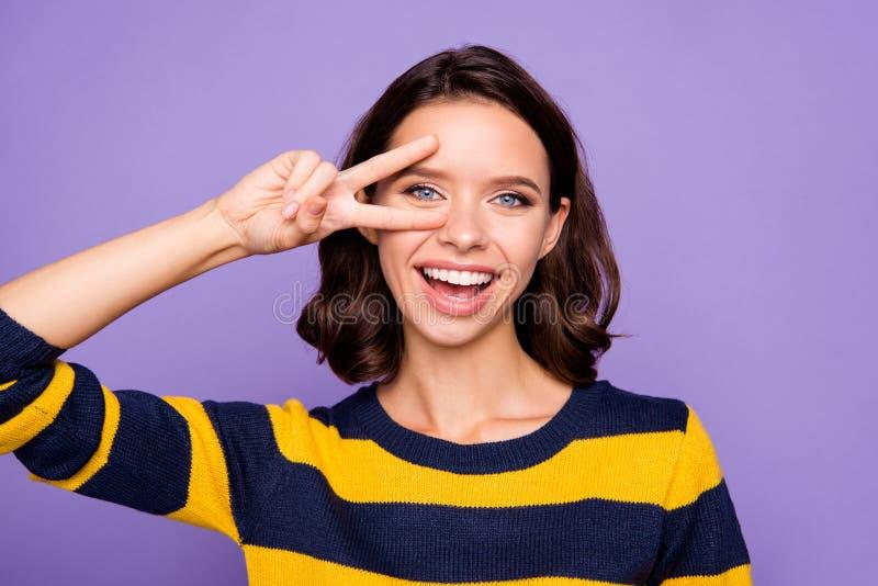Stäng upp det härliga fotoet henne hennes dam, fingrar för arm somhanden som lyfts nära ögonv-tecken symbol, säger hi fridsamma s arkivfoto