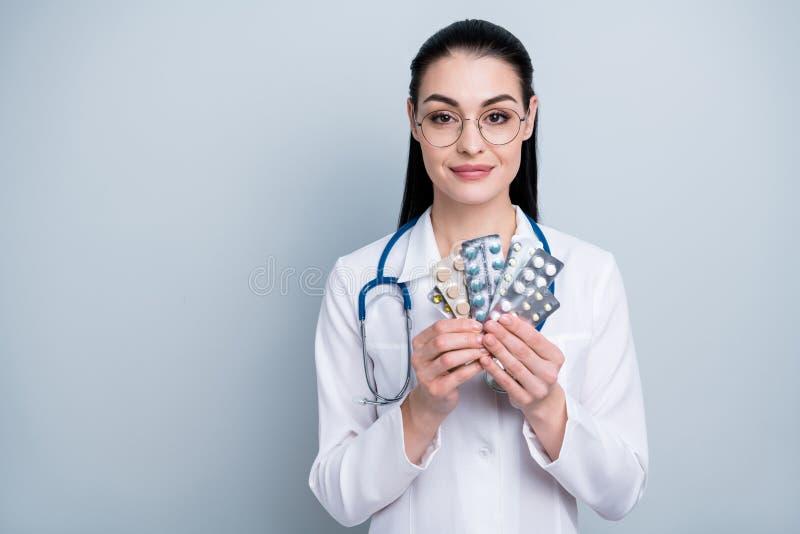 Stäng upp det härliga fotoet henne hennes damdoktorssjukhus som visar farmaceutiska kläder för krimskramsanaloghuvudvärk arkivbild
