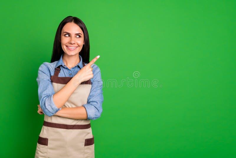 Stäng upp det härliga fotoet henne hennes damhandarmar som krimskrams indikerar för utrymmekund för fingrar bästa service för tom arkivbilder