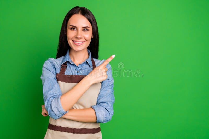 Stäng upp det härliga fotoet henne hennes damhandarmar som krimskrams indikerar för utrymmekund för fingrar bästa service för tom royaltyfri bild