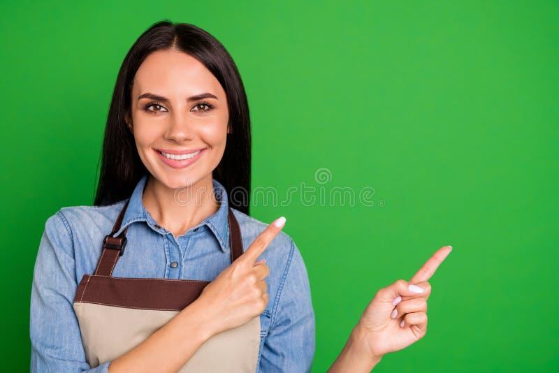 Stäng upp det härliga fotoet henne hennes damhandarmar som krimskrams indikerar för utrymmekund för fingrar bästa service för tom royaltyfria foton