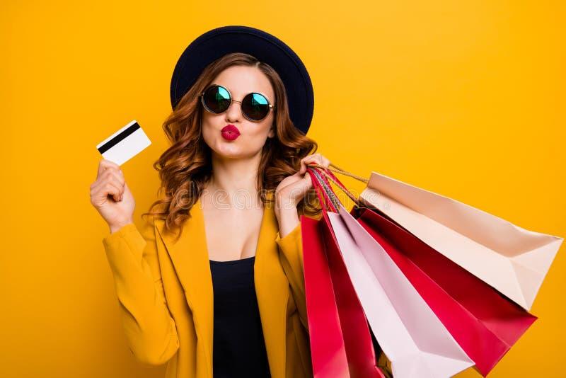 Stäng upp det härliga fotoet henne hennes modelldam, hand somarmar krediterar det plast- kortet för köparesemestern för många pac arkivfoton
