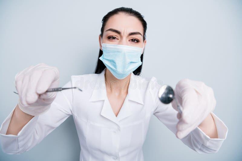 Stäng upp det härliga fotoet henne hennes operation för damdoktorssjukhuset som sätter in dålig kontroll för hjälpmedel för tandh royaltyfria bilder