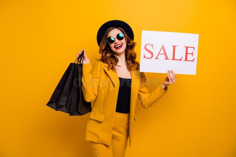 Stäng upp det härliga fotoet henne som hennes dam rekommenderar svarta fredag bär försäljning för födelsedag för köpare för köp f royaltyfria foton