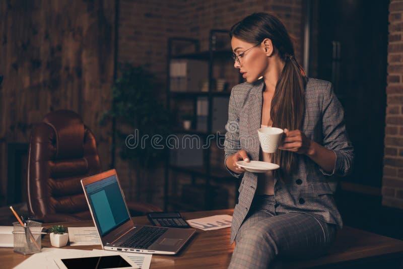 Stäng upp det uppmärksamma fotoet henne hennes information om rapport för dryck för håll för svar för email för kontroll för hår  arkivfoton