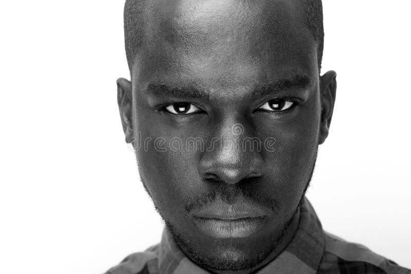 Stäng upp svartvitt av ungt stirra för svart man royaltyfria foton