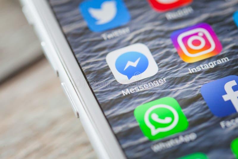 Stäng upp till den Facebook budbäraren app på iPhoneskärmen arkivfoton