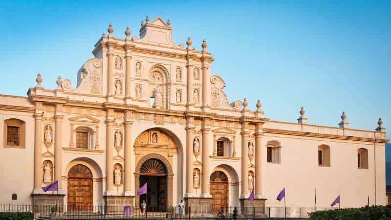 Stäng upp till helgonet James Cathedral i den centrala fyrkanten, Antigua, Guatemala arkivbilder