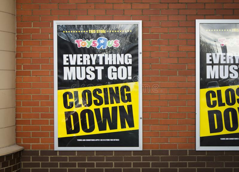 Stänga ner signagen på ett Toys R Us lager i Lincoln, Lincolnshi royaltyfri foto