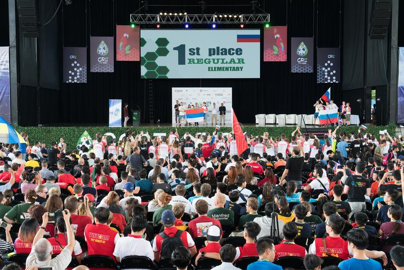 Stängande ceremoni av robotteknikkonkurrens i Costa Rica för studenter runt om världen mellan åldersgruppen av 9 till 25 år royaltyfria bilder