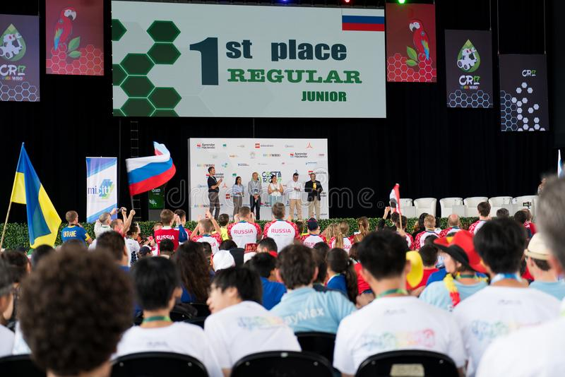 Stängande ceremoni av robotteknikkonkurrens i Costa Rica för studenter runt om världen mellan åldersgruppen av 9 till 25 år royaltyfria foton