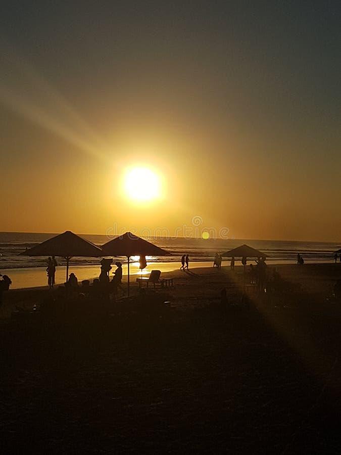 Stängande solnedgångar på stranden arkivfoto