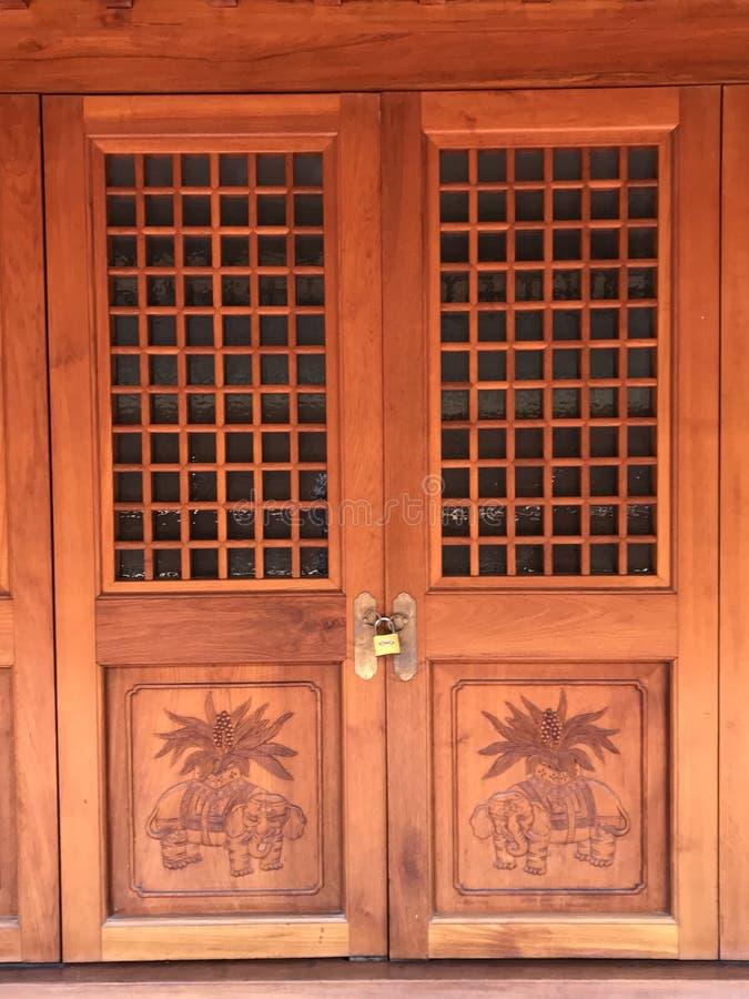 Stängd dörr för forntida kines royaltyfri bild
