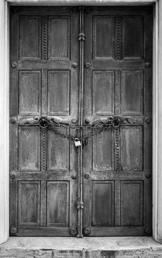 Stängd dörr med kedjehänglåset royaltyfria bilder