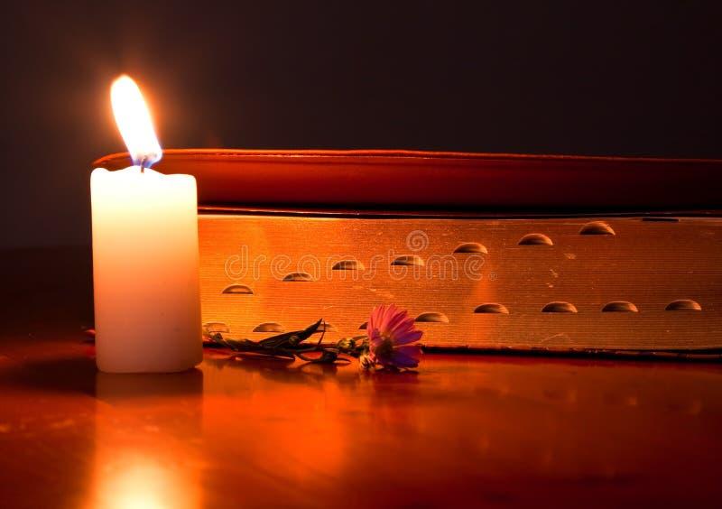 stängd lampa för bibelstearinljus arkivfoton