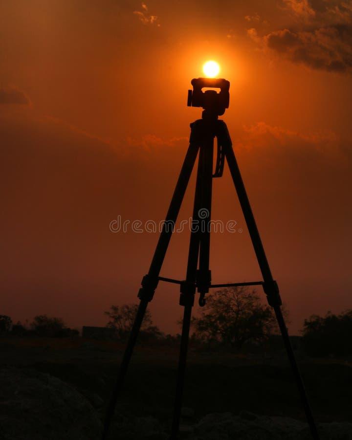 Stängd solnedgångtripod royaltyfri fotografi