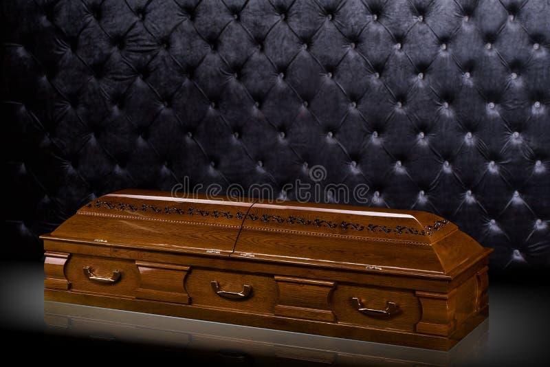 Stängd träbrun sarkofag som isoleras på grå lyxig bakgrund casket kista på kunglig bakgrund royaltyfria bilder