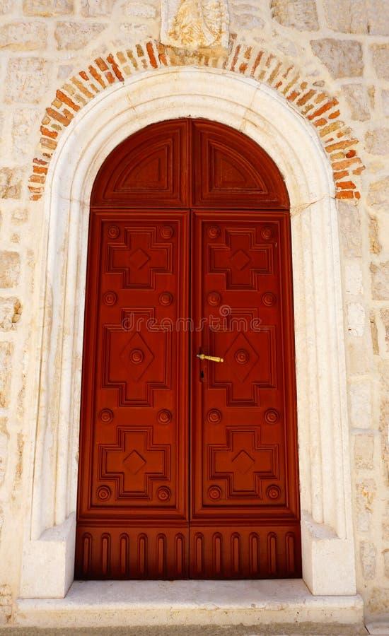 Stängd trädörr på klockatornet av den Benedictine kloster av den Sanka margaritan i staden av Pag, på den kroatiska ön av fotografering för bildbyråer