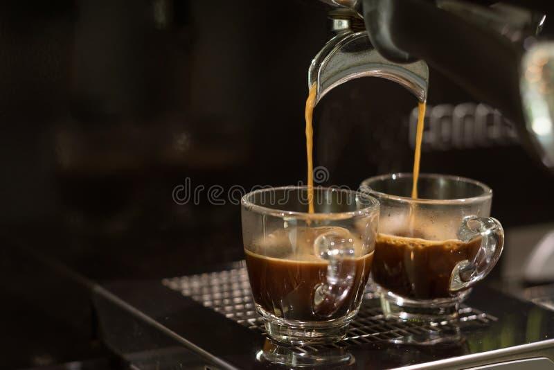 Stängd-upp espressomaskin som bryggar kaffe royaltyfri fotografi
