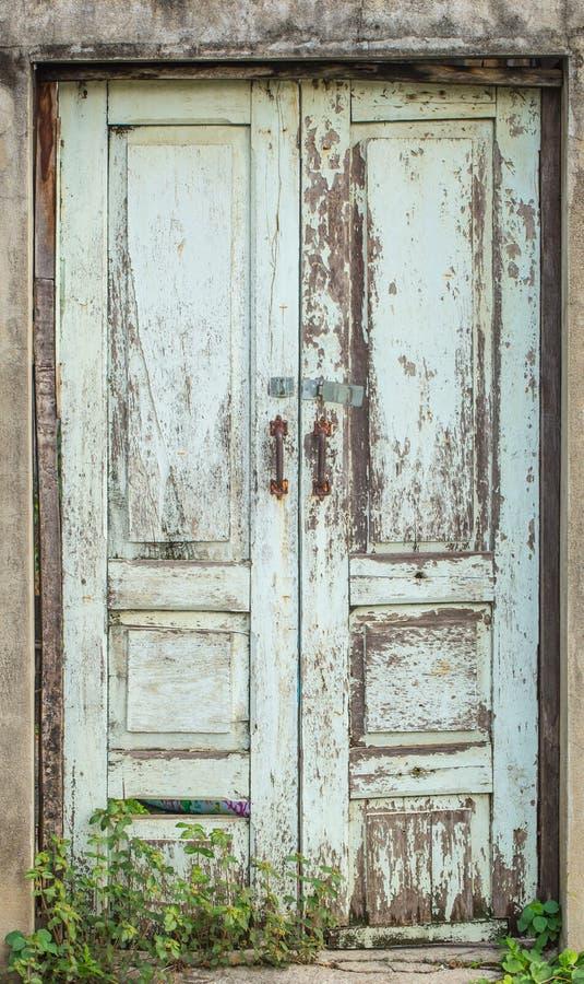 Stängd wood dörr för Retro åldrig grunge royaltyfria foton