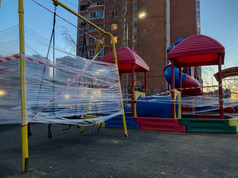 Stängda barns lekplats i staden tom spelplats under karantäncoronavirus ungar som spelas in med rött-an fotografering för bildbyråer