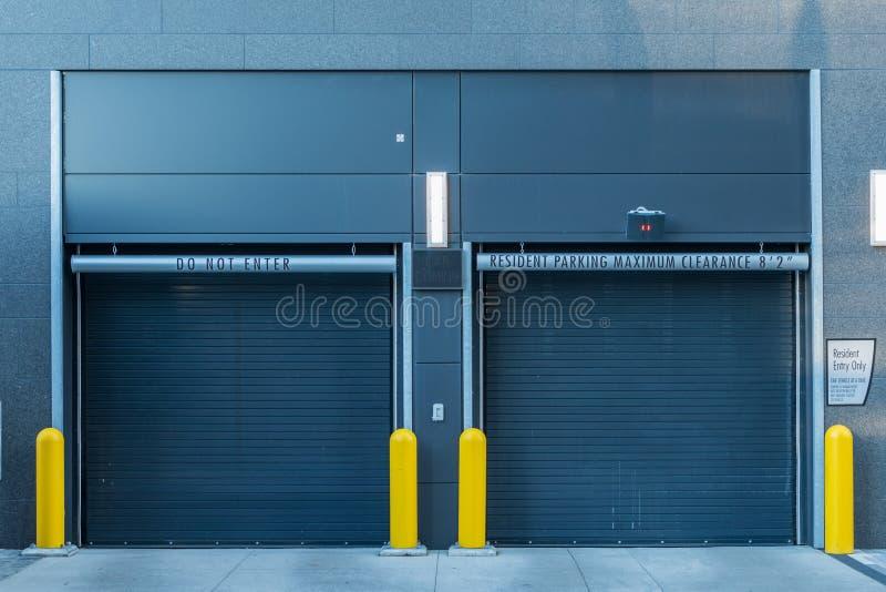 Stängda dörrar för parkeringsgarage fotografering för bildbyråer