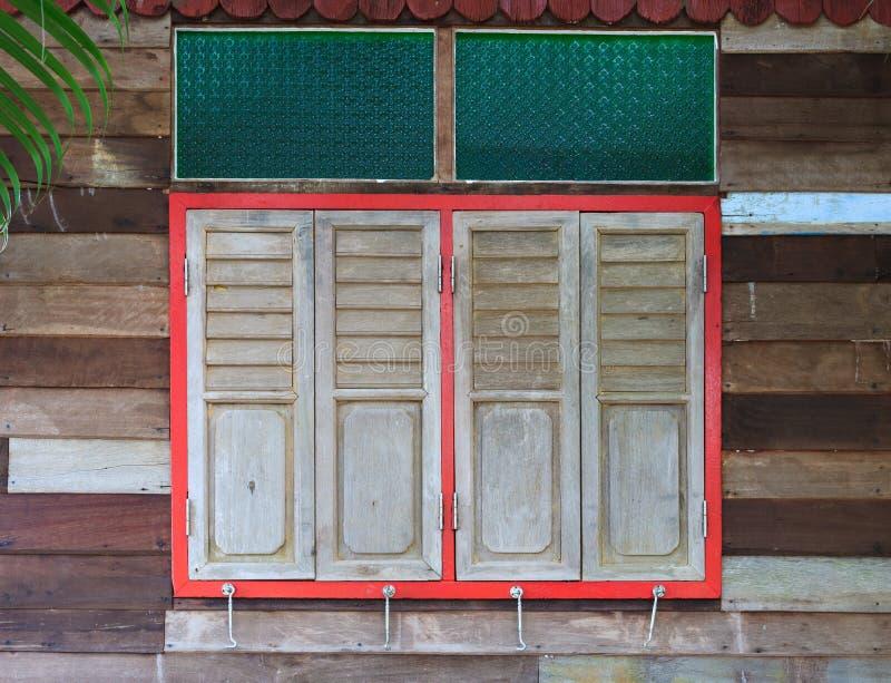 Stängda fönster på lantligt trähus royaltyfria bilder