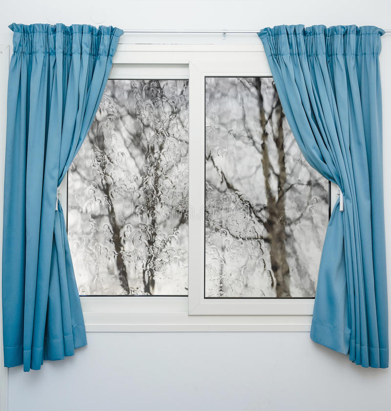 Stängda fönstergardiner i regnigt höstväder arkivbilder