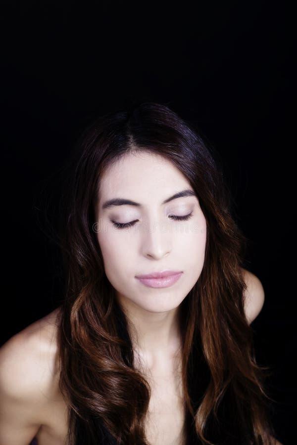 Stängda kala ögon för skuldraståendeLatina kvinna arkivfoton
