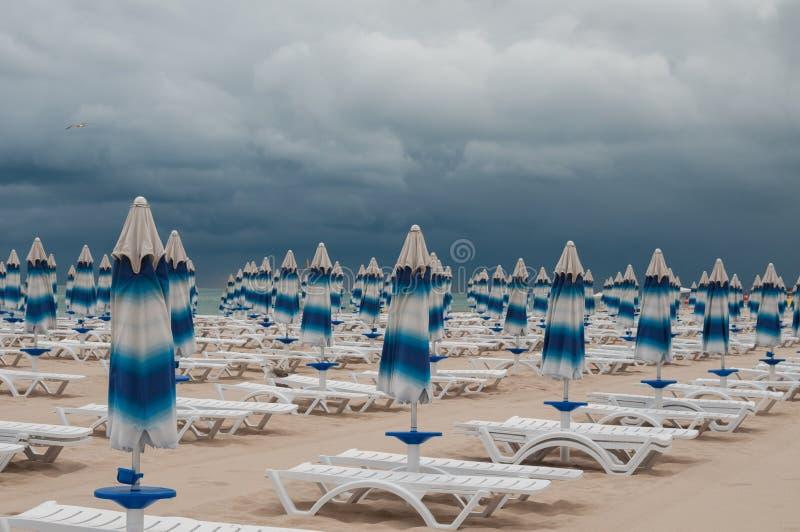 Stängda parasoller på beash royaltyfri fotografi