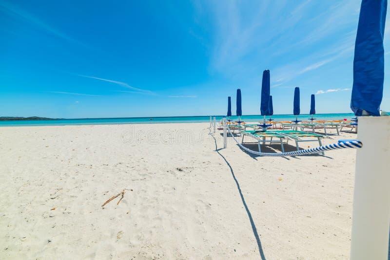 Stängda slags solskydd i den LaCinta stranden arkivfoto
