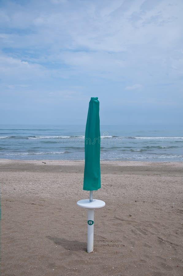 Stängda slags solskydd på stranden Sinigallia arkivbilder