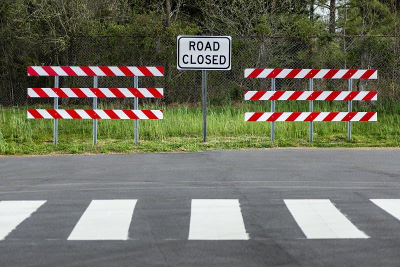 Stängda tecken och barriärer för väg arkivfoto
