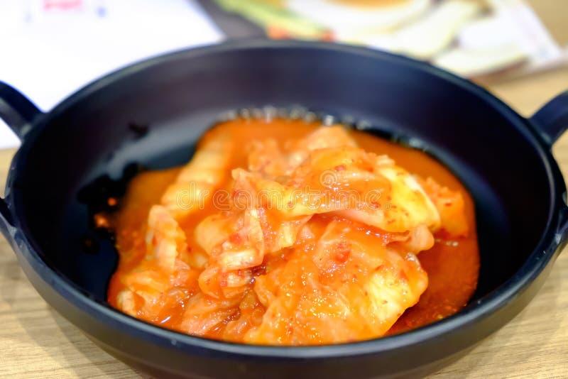 Stängda-upp Kimchi på maträtten arkivfoton