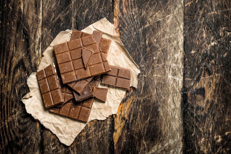 stänger bruten choklad royaltyfri bild