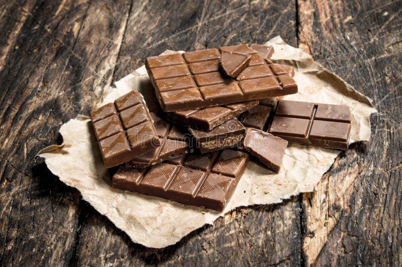 stänger bruten choklad arkivfoto