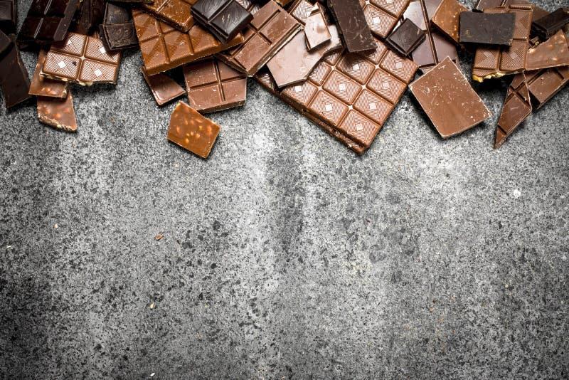 stänger bruten choklad Nolla arkivfoto