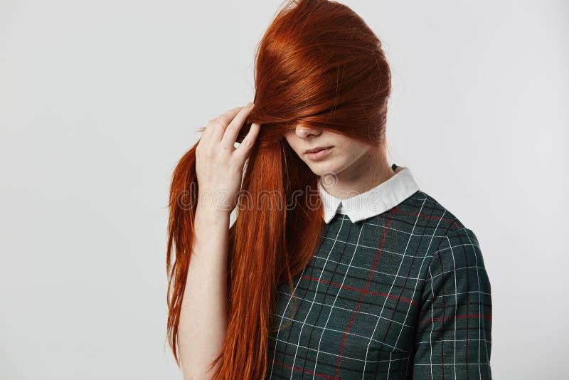 Stänger den långhåriga flickan för den härliga rödhåriga mannen i en grön rutig klänning hennes framsida med hennes hår på den vi arkivbilder