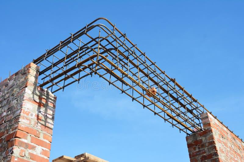 Stänger för överstycke för förstärkninghusfönster konkreta med konstruktion för trådstång royaltyfria foton