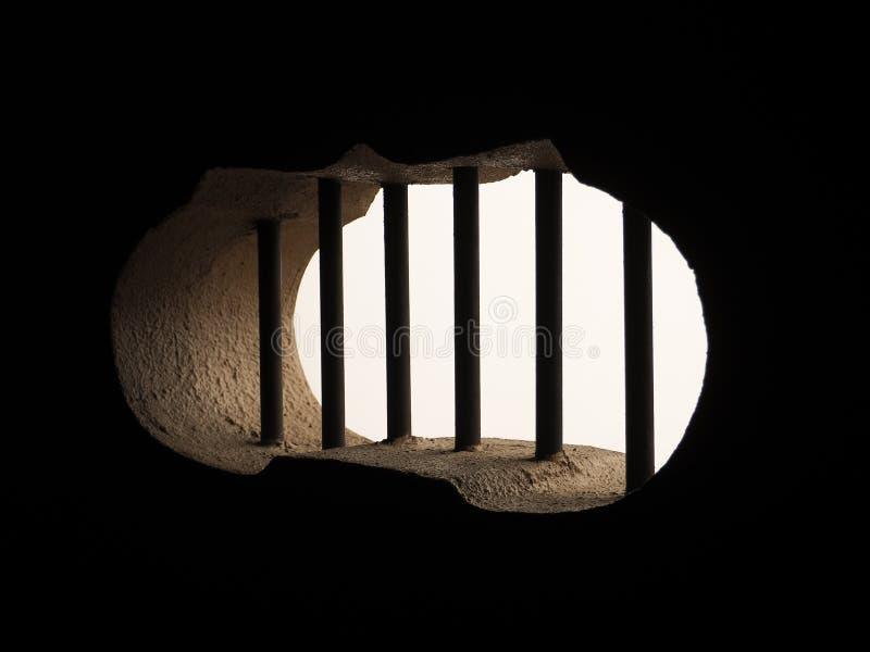 Stänger för tappningstålsäkerhet på ett fönster av en arrest royaltyfri bild