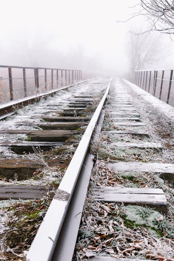 Stänger i dimmig höstmorgon för rimfrost arkivbild