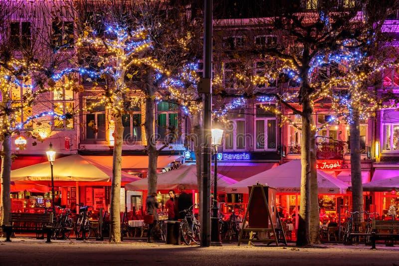Stänger och restauranger med julljus på den berömda Vrijthoen royaltyfria bilder