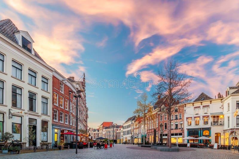 Stänger och restauranger på den Houtmarkt fyrkanten i Zutphen, Nederländerna royaltyfri fotografi