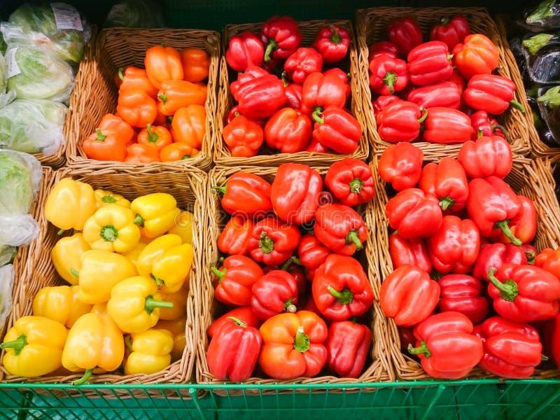 Stänger sig söta blandningspanska peppar för apelsin, för gräsplan och för guling upp ny bulgarian peppar, blandad färgrik paprik arkivfoto