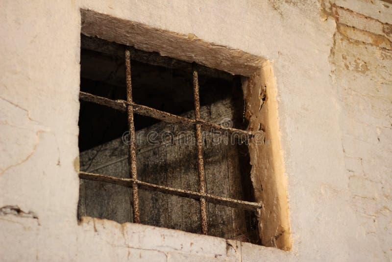 Stängerna av det gamla fängelset royaltyfri bild