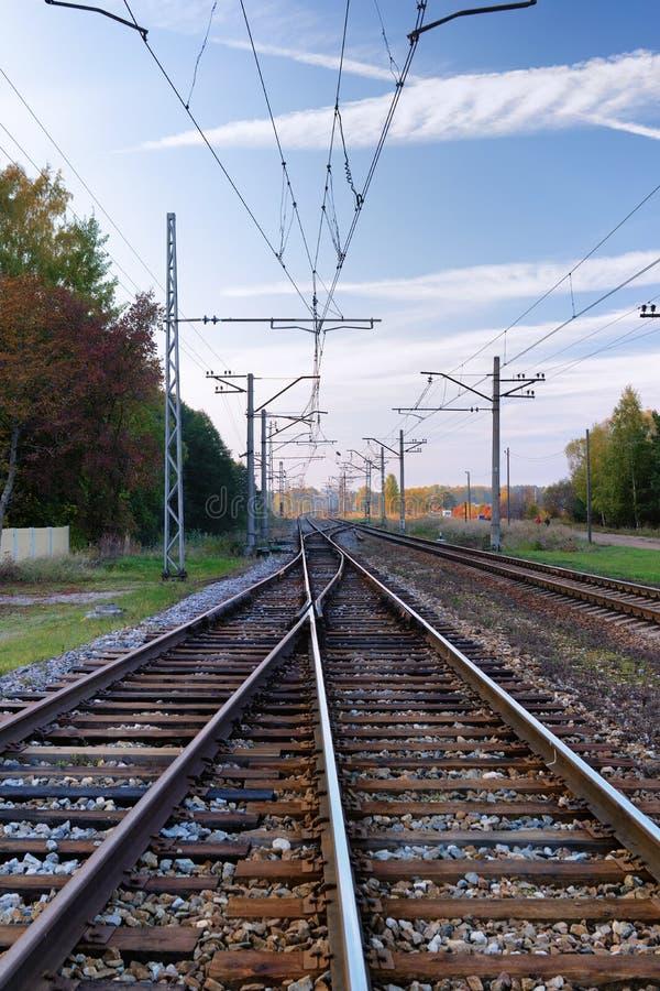 Stängerna av järnvägen långsiktigt med en härlig himmel I arkivfoton