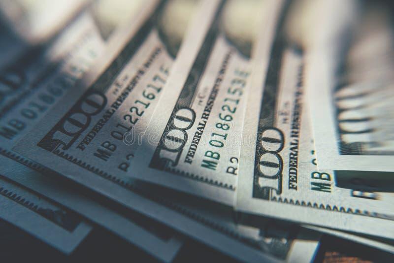 Stängning av amerikanska kontanter En hundra dollarsedlar royaltyfri fotografi